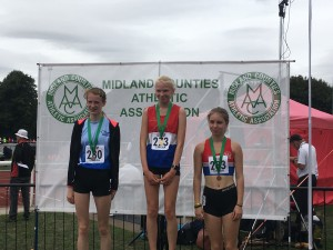 Lizzie Gold and Misha Bronze in the U/17 Women's 3000m